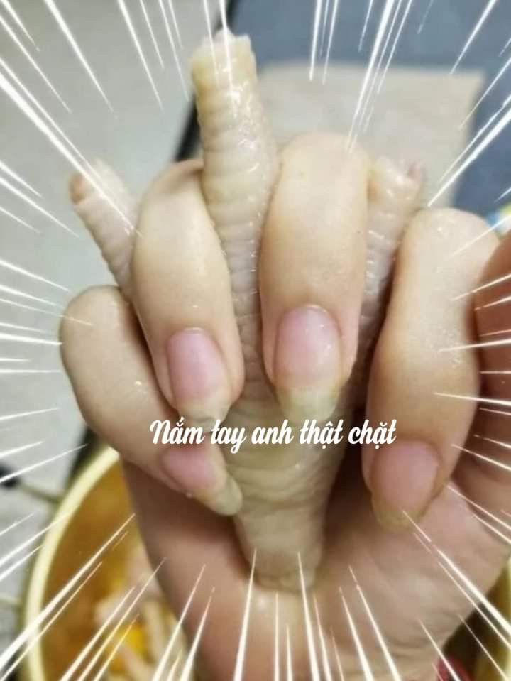 Nắm tay anh thật chặt